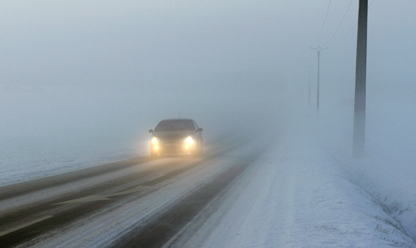 Hiver voiture dans la brume norme